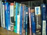 Koleksi buku di perpustakaan museum