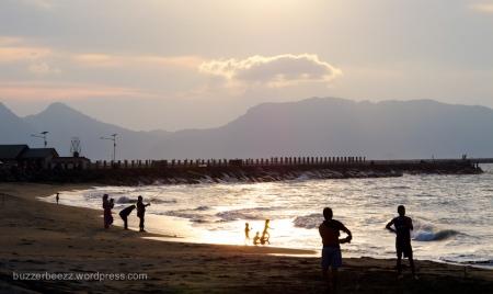 Suasana sore di pantai sekitar Makam Syiah Kuala