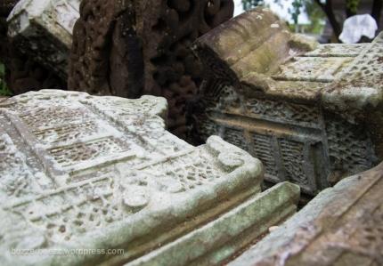 Nisan yang teronggok di Kompleks Makam Tuan Di Kandang