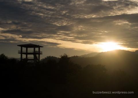 Matahari pagi masih mengintip malu di balik bukit