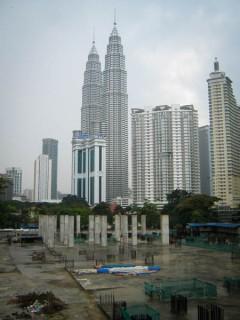 Menara Petronas dari salah satu sudut kota Kuala Lumpur