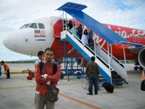 Saya di depan pesawat AirAsia di Bandara Sultan Iskandar Muda, Banda Aceh