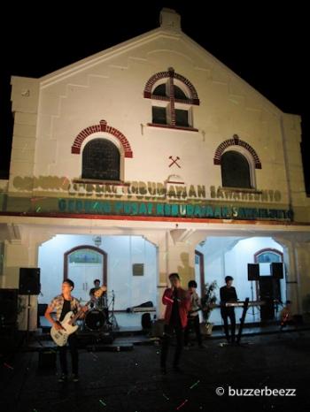 Pentas seni di depan Gedung Pusat Kebudayaan