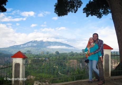 Berpose di Taman Panorama berlatar Ngarai Sianok