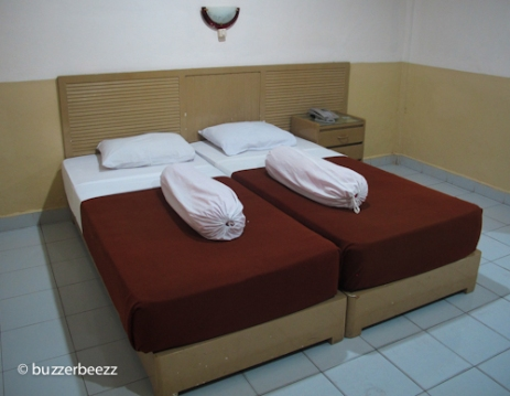 Twin bed yang dipersatukan demi keberlangsungan honeymoon kami