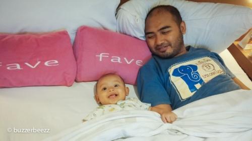 Bapak dan anak menikmati istirahat