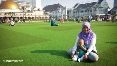 Di alun-alun masjid raya Bandung