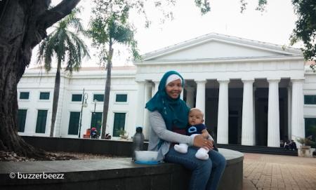 Ngadem dulu di depan Museum Seni Rupa