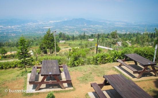 Sambil duduk-duduk di sini bisa lihat pemandangan Kabupaten Semarang